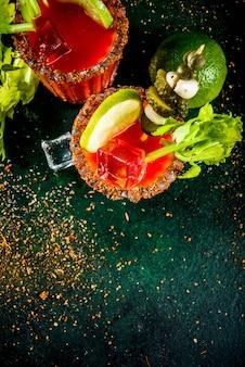 Cocktail speziato di bloody mary con contorno