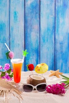 Cocktail tropicali su legno blu e sesso di sabbia sulla spiaggia