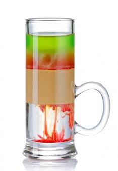 Cocktail variopinto affettato della bevanda del colpo isolato su bianco