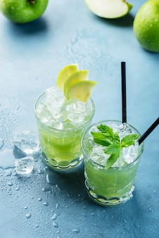 Cocktail verde con ghiaccio e menta
