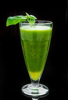 Cocktail verde con menta e basilico