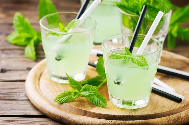 Cocktail verde dell'alcool dolce con la menta e il ghiaccio