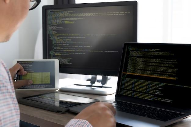 Codice di programmazione tecnologia astratta. sviluppatore programmatore e programmatore di software con tecnologia di programmazione e script per computer