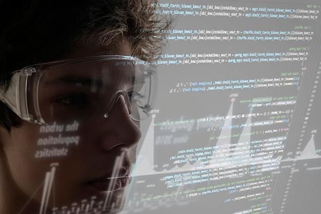 Codice virtuale del computer binario davanti al volto di un giovane