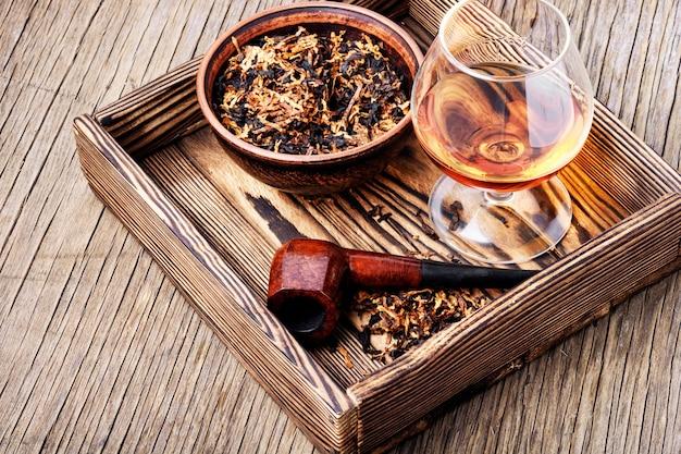 Cognac e pipa con tabacco