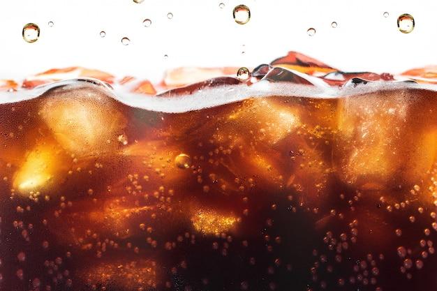 Cola che spruzza con la bolla di soda. bibita o rinfresco.