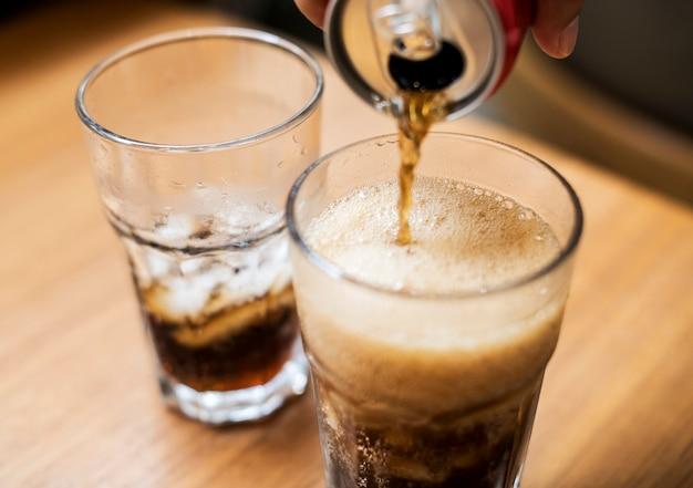 Cola fredda versata in un bicchiere