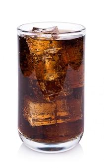Cola in vetro con cubetti di ghiaccio su sfondo bianco