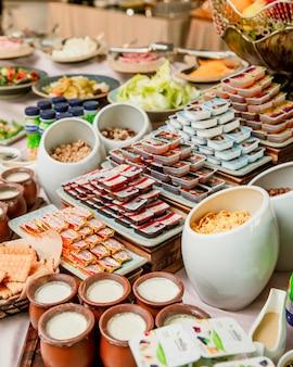 Colazione a buffet con marmellate, yogurt e cereali