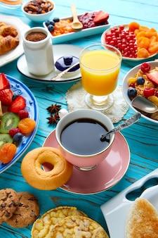 Colazione a buffet con un buon caffè continentale