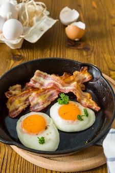 Colazione americana con uova di lato soleggiato, pancetta