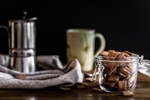 Colazione con caffè al latte e cereali al cioccolato