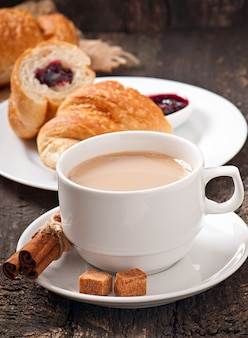 Colazione con caffè e cornetti freschi