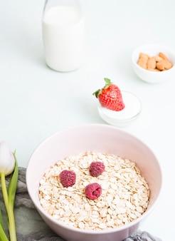 Colazione con cereali e frutta