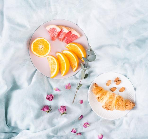 Colazione con frutta e croissant
