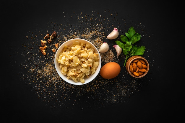 Colazione con insalata di cavolfiore arrosto con noci assortite in ciotola e verdure e uova