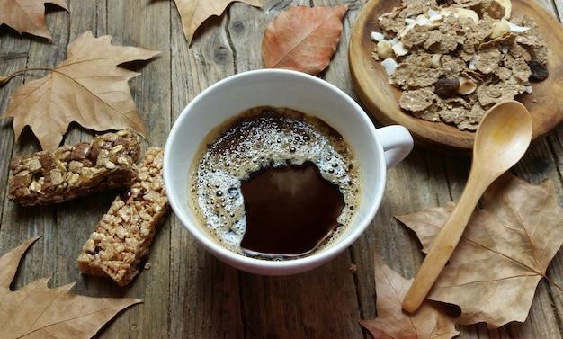 Colazione con muesli e cereali, colazione leggera con prodotti integrali per una dieta sana