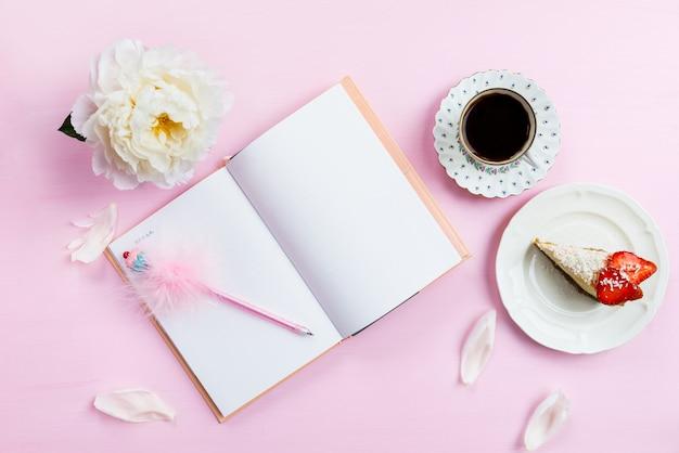 Colazione con notebook, caffè e buon umore