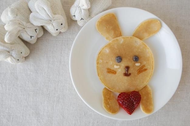 Colazione con pancake bunny, divertente arte culinaria per bambini