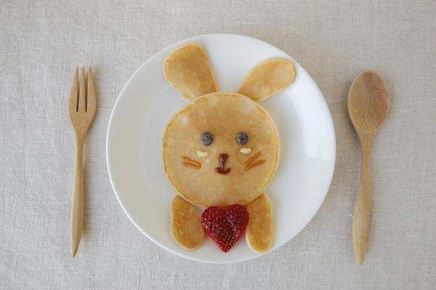 Colazione con pancake coniglietto, arte divertente per i bambini