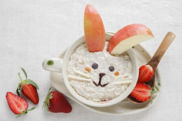 Colazione con porridge di coniglio, arte del cibo per bambini