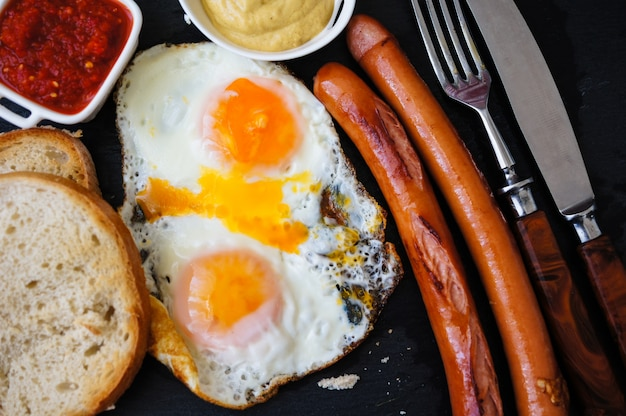 Colazione con salsicce e uova