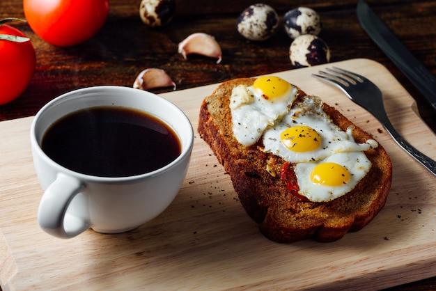 Colazione con tazza di caffè e toast