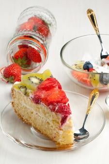 Colazione con torta di frutta e insalata
