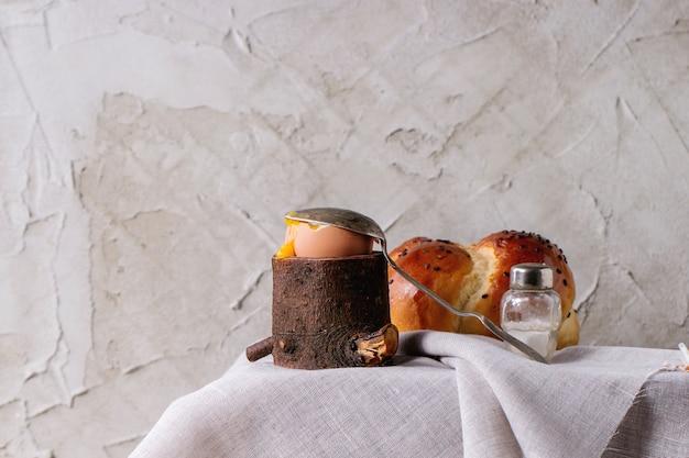 Colazione con uova e pane