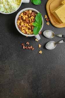 Colazione, cornflakes, caffè, ricotta, altri deliziosi e salutari