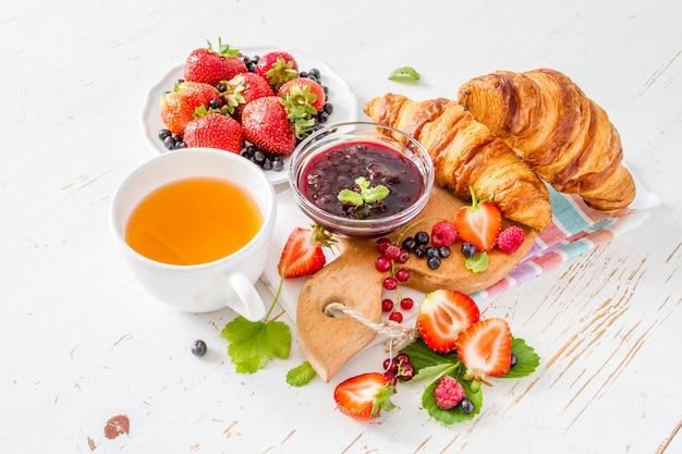 Colazione - croissant con frutti di bosco