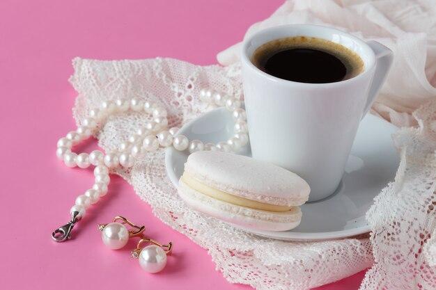 Colazione del mattino sul tavolo con bigiotteria e tazza di caffè
