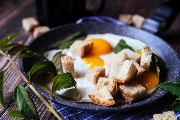 Colazione deliziosa con uova e pangrattato