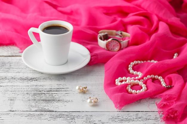 Colazione di mattina della donna mentre pronta ad uscire
