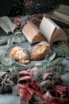 Colazione di natale, cornetto e decorazioni natalizie