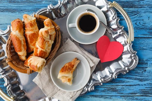 Colazione di san valentino con cornetti e tè