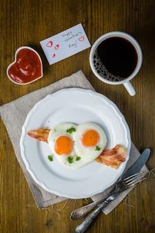 Colazione di san valentino - uova, pancetta, ketchup