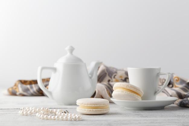 Colazione donna sul tavolo con una tazza di tè