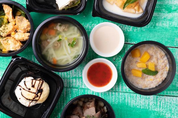 Colazione e pranzo in contenitori per alimenti