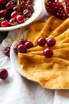 Colazione fatta di frittelle e frutta fatta in casa