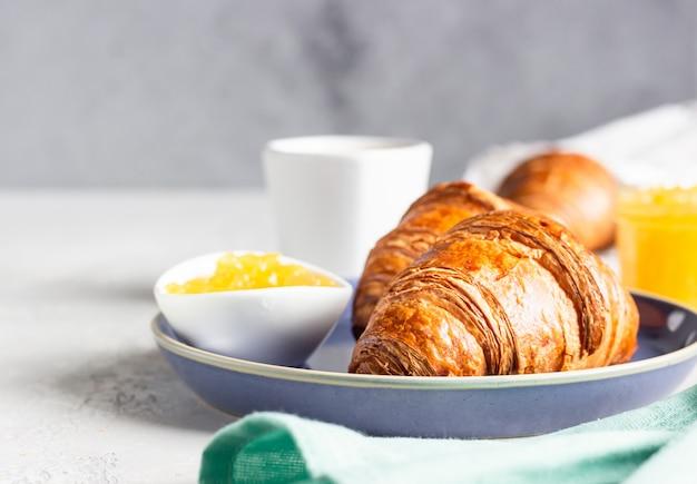 Colazione francese con dolci freschi croissant con caffè e marmellata