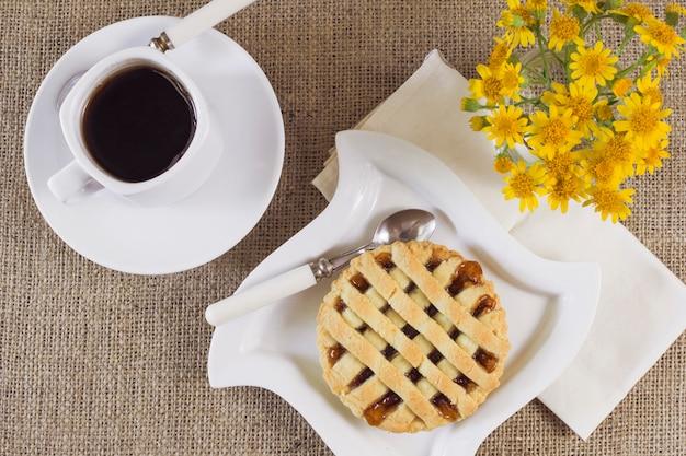 Colazione gustosa con caffè e torta