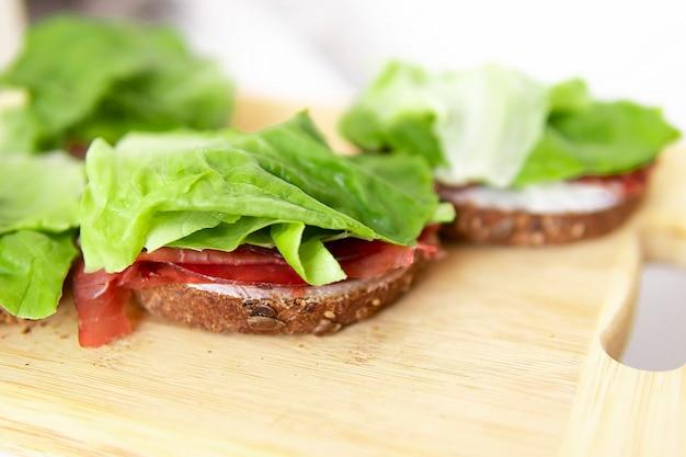 Colazione gustosi panini fatti in casa. una corretta alimentazione. bilancio di calorie.
