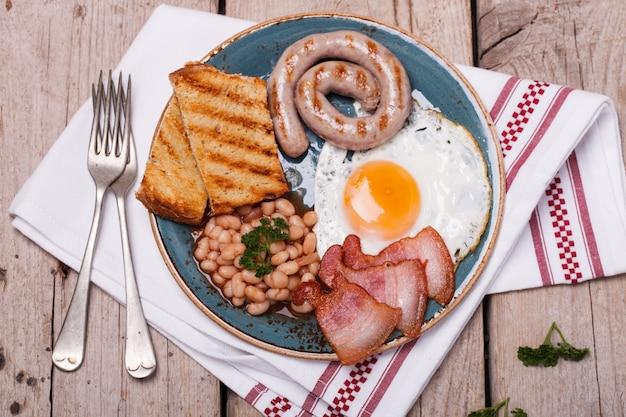 Colazione inglese con uova fritte