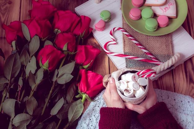 Colazione invernale con rosa rossa e cuore di lecca-lecca a strisce