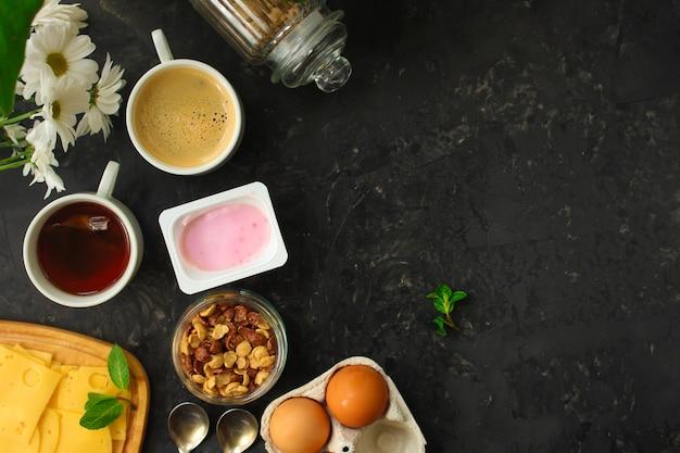 Colazione o merenda (caffè, yogurt, formaggio, panini, cornflakes e altro). sfondo di cibo
