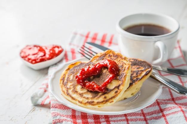 Colazione per san valentino: pancake, marmellata e caffè
