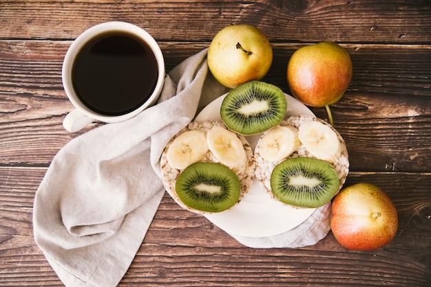 Colazione piatta di frutta e caffè