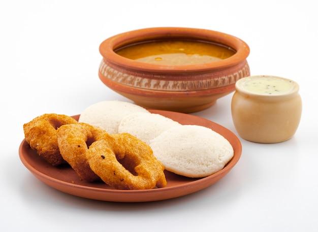 Colazione popolare dell'india meridionale idli, vada, sambar o chutney