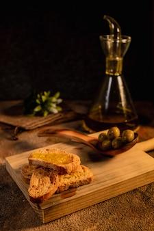 Colazione salutare. brindisi di olio d'oliva sulla vista superiore di superficie nera. cibo spagnolo